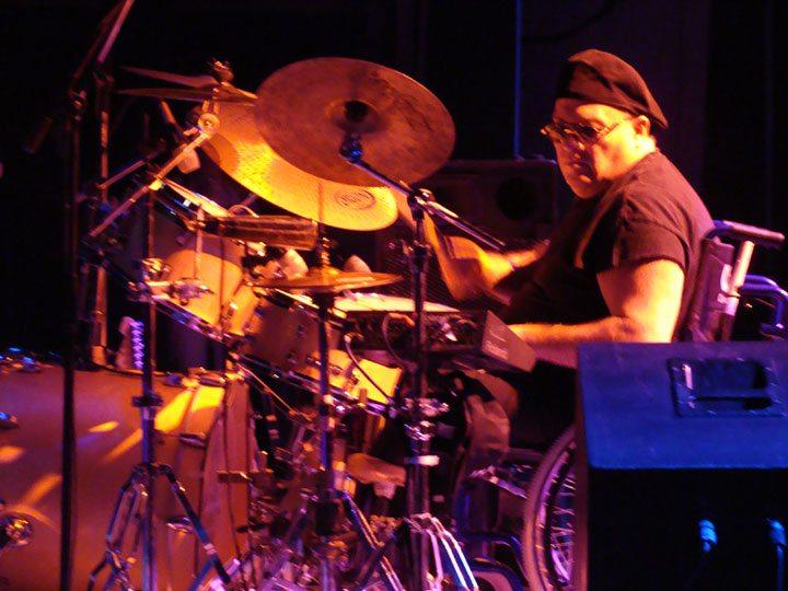 LUIS DORIEUX,baterista de Los Peces Gordos, vibrando desde Tucumán, al  corazón.......... - SuperArte